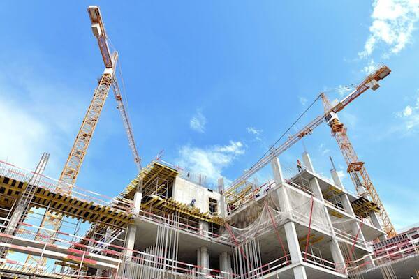 Два крана на строительстве здания