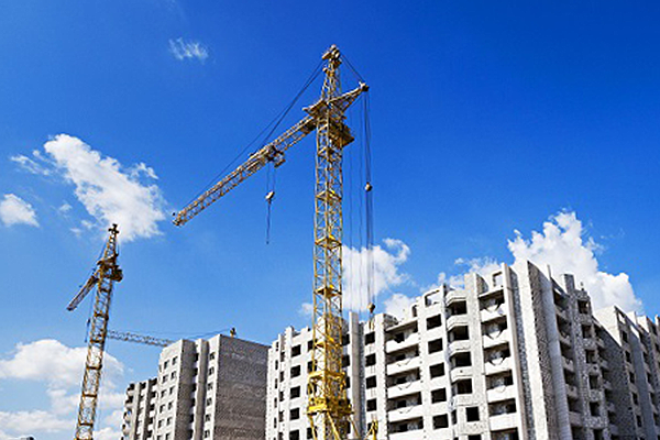 Два крана на строительстве жилого дома