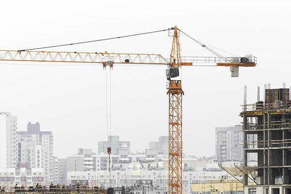 Кран и строительство монолитного здания