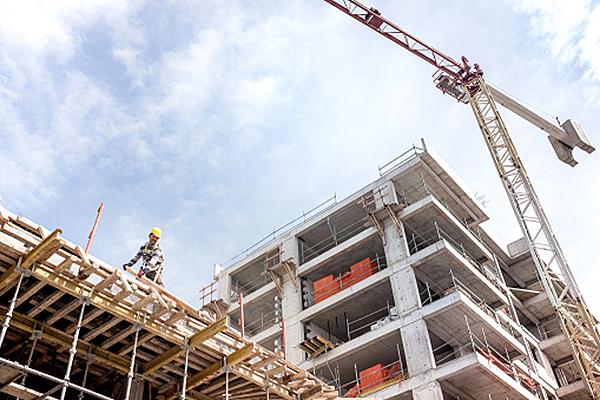 Кран на строительстве многоквартирного дома