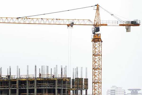 Кран на строительстве монолитного здания