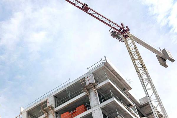 Кран на строительстве объекта