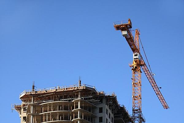 Кран на строительстве жилого дома