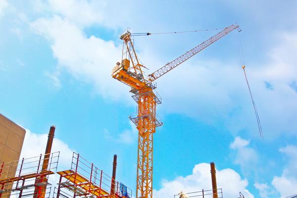 Кран на строительстве жилого комплекса