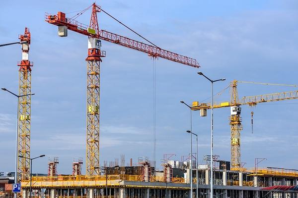 Три крана на строительстве здания
