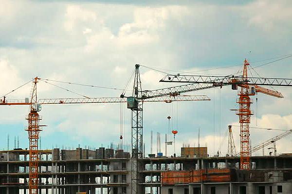 Три крана на строительстве